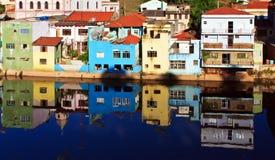 Reflexion av det målade huset i floden Fotografering för Bildbyråer
