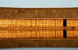 Reflexion av det wood huset i vatten Arkivbilder