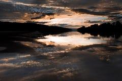 Reflexion av en bred flod på härlig solnedgång Royaltyfria Bilder
