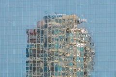Reflexion av en byggnad i andra Royaltyfri Bild