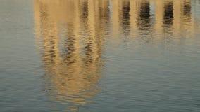 Reflexion av en cenotafium i en sjö lager videofilmer