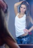 Reflexion av en härlig flicka i spegeln Royaltyfria Foton