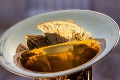Reflexion av en historisk byggnad i en guld- tuba Royaltyfria Bilder