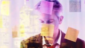 Reflexion av en idérik affärsman som sätter stolpen som den noterar på till ett fönster arkivfilmer