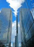 Reflexion av en skyskrapa på en andra närliggande fönster för skyskrapa` s Arkivfoto