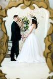Reflexion av ett älska par, innan att gifta sig royaltyfri fotografi