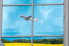 Reflexion av ett flygplan under start royaltyfria bilder