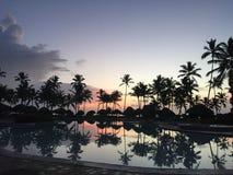 Reflexion av ett solnedgångparadis arkivfoto