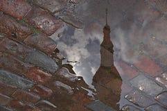 Reflexion av ett torn Arkivfoto