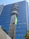 Reflexion av ett torn i en glass facede av en modern byggnad Royaltyfria Foton
