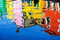 Reflexion av färgrika hus i vattenkanalen, Burano ö, Venedig, Italien Arkivfoto