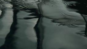 Reflexion av fönster i simbassäng mörkt krusigt vatten 4K arkivfilmer