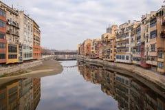 Reflexion av fascades av staden av Girona, Spanien Arkivfoto