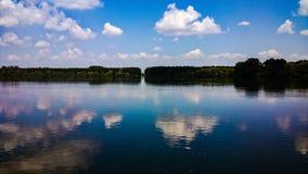 Reflexion av floden arkivbild