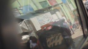 Reflexion av folk i fönster av den gamla bilen spegel swallowtail för sommar för fjärilsdaggräs solig händelse _ motorbike stock video