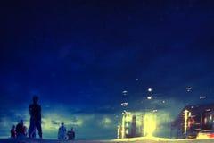 Reflexion av folk i vattnet på natten Arkivfoton