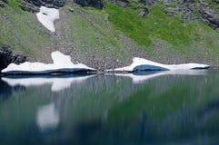Reflexion av glaciärer i sjön Arkivbild
