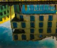 Reflexion av härlig byggnad i blått vatten Royaltyfria Foton