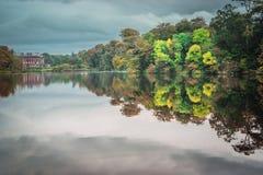 Reflexion av herrgården i träden Arkivbilder