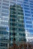 Reflexion av highrisetornet i fönstren av andra torn på området för Laförsvaraffär, paris, Frankrike royaltyfria bilder