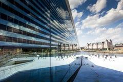 Reflexion av himlen i byggnads exponeringsglas, Oslo, Norge Arkivfoton