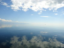 Reflexion av himlen i vatten Arkivbilder