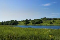 Reflexion av himlen i vattnet av floden i fältouen Royaltyfri Fotografi