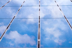 Reflexion av himlen på sol- celler Arkivfoton
