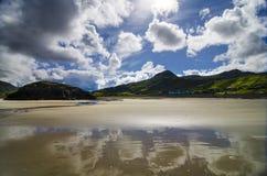 Reflexion av himlen på stranden Royaltyfria Bilder