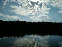 Reflexion av himmel Arkivbild