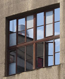 Reflexion av himmel och det industriella tornet i fönster Royaltyfria Bilder
