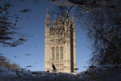 Reflexion av hus av parlamentet, Westminster; London Arkivbilder