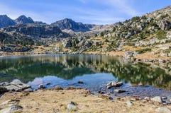 Reflexion av i den första sjön av Pessons, Andorra royaltyfria foton