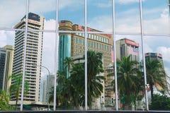 Reflexion av kontorsbyggnaderna i de moderna byggnadsfönstren i Kuala Lumpur, Malaysia Royaltyfri Bild
