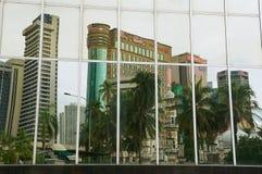 Reflexion av kontorsbyggnaderna i de moderna byggnadsfönstren i Kuala Lumpur, Malaysia Royaltyfria Bilder