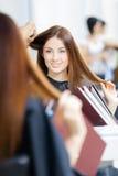 Reflexion av kosmetologen som gör hårstil för kvinna fotografering för bildbyråer