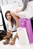 Reflexion av kvinnan som försöker på heeled skor royaltyfri bild