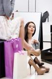 Reflexion av kvinnan som försöker på pumpar Arkivfoto