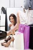 Reflexion av kvinnan som försöker på skodon arkivfoto