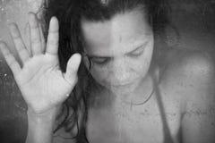 Reflexion av kvinnor på filmen Arkivfoton