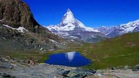 Reflexion av Matterhornen i Schweiz stock video