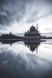 Reflexion av moln under blå timme Sjön var så lugna att ge denna reflexionseffekt royaltyfri foto