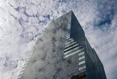 Fördunklar reflexion i en glass skyskrapa Royaltyfri Bild