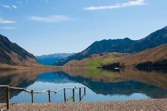Reflexion av montainsna i sjön Taylor, Canterbury, Nya Zeeland Royaltyfria Foton