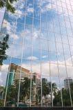 Reflexion av moskén och kontorsbyggnaderna i de moderna byggnadsfönstren i Kuala Lumpur, Malaysia Royaltyfri Bild