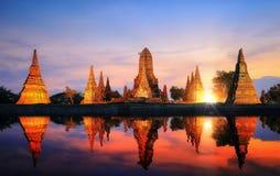 Reflexion av pagoden och den gamla templet i PA Ayutthaya för forntida stad Royaltyfri Fotografi