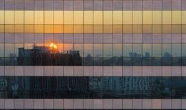 Reflexion av platsen för skymningsolnedgångCityscape på Windows av Skys Royaltyfria Foton