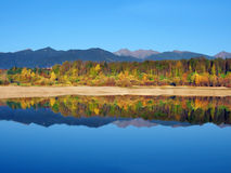 Reflexion av Rohace berg under höst fotografering för bildbyråer