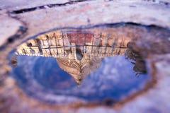 Reflexion av Shwezigon Paya Royaltyfri Foto