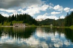 Reflexion av sjön Misurina Royaltyfri Foto